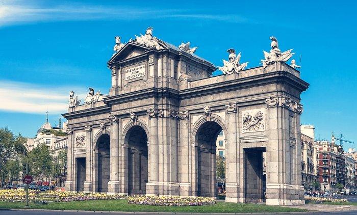 Las ciudades de Europa con mejor transporte público. Puerta de Alcalá de Madrid